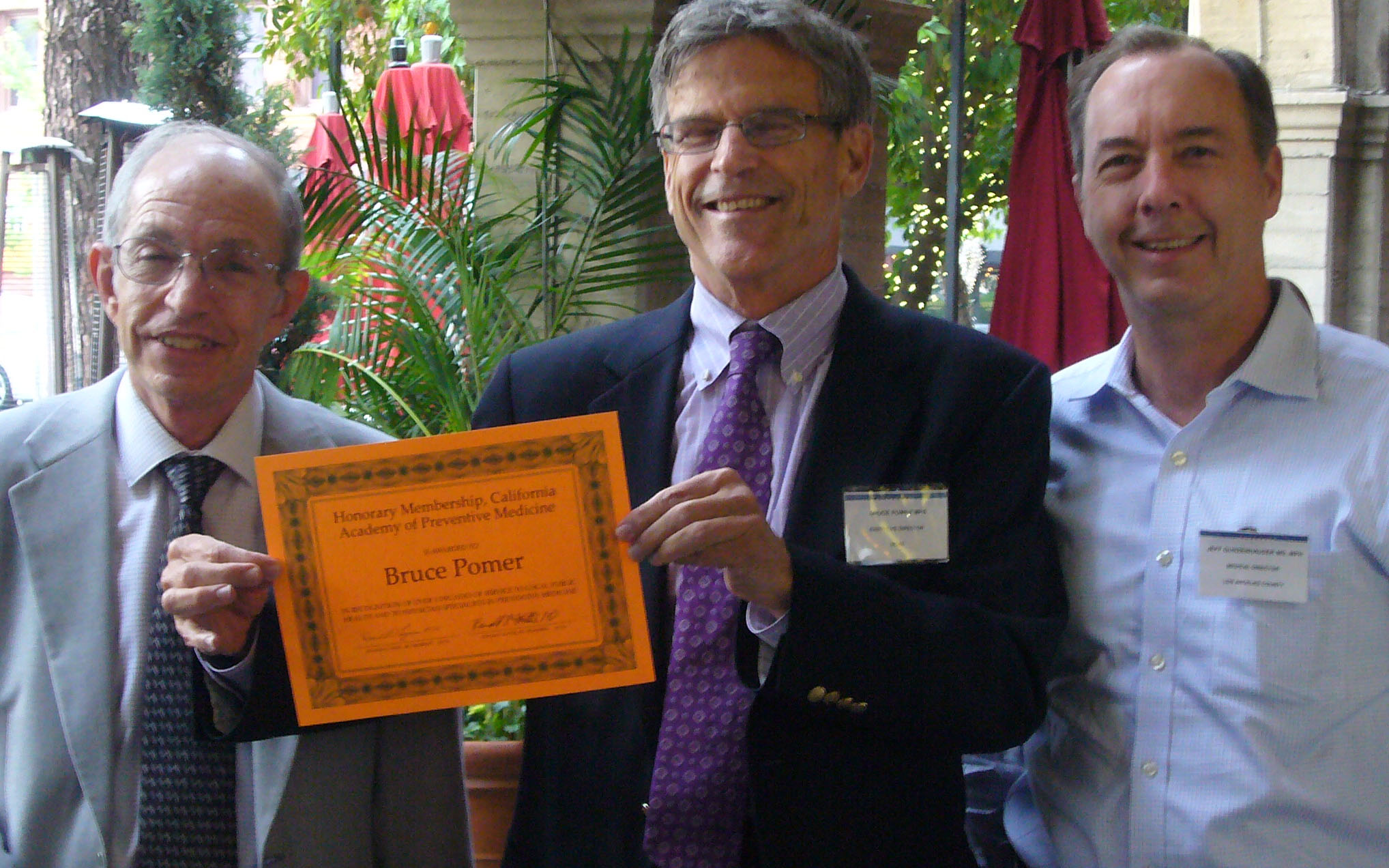 Bruce Pomer displays honorary membership, with past-presidents Ronald Hattis (L) and Jeff Gunzenhauser (R)